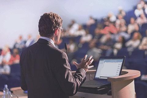 سخنرانی جذاب برای حضار در سالن